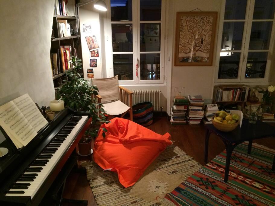 Le coin piano, les livres
