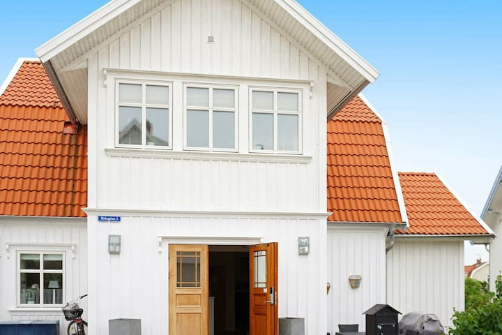 8 person holiday home in KUNGSHAMN