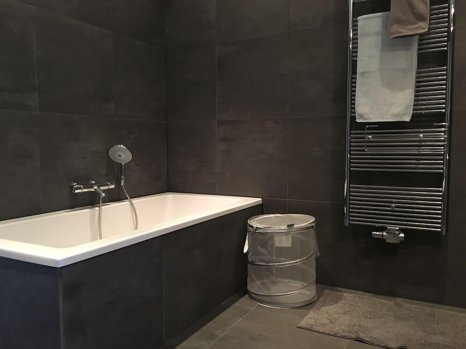 Modern ingerichte badkamer, inclusief heerlijk ligbad