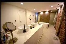 Baño completo: 2 lavabos, 2 regaderas, 1  baño y 1 Tina.  Este espacio es exclusivo para nuestros huéspedes.