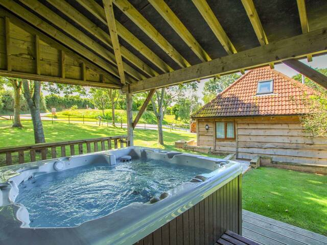 Hazel Lodge. Private Hot Tub. BBQ. Near Beach.