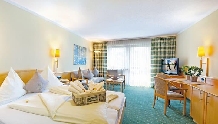 """Hotel Garni und Appartementhaus Fichtenwald (Bad Füssing), Appartement """"Premium"""" (42qm) mit großem Balkon und hochwertigen Bandscheibenmatratzen"""