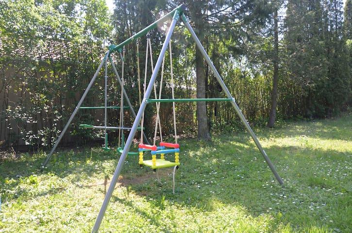 Во дворе для детей установлены качели и батут, в летнее время надувной бассейн