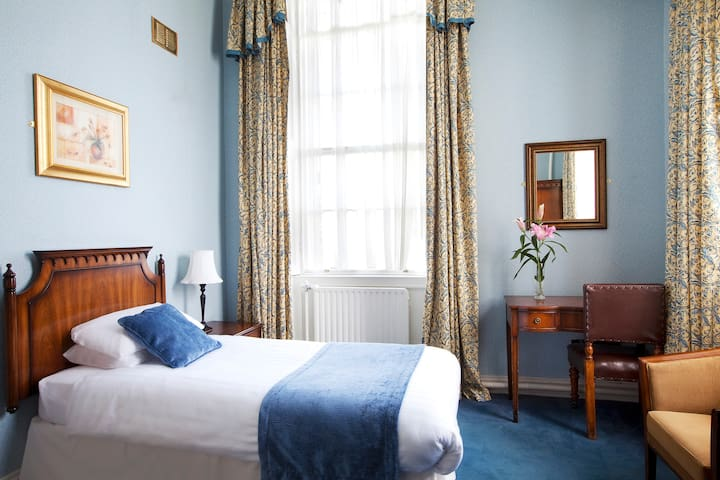 Trinity College Historic Single Ensuite Bedroom