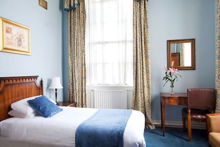 Trinity College Historic Single Ensuite Bedroom - Dublin - Bed & Breakfast