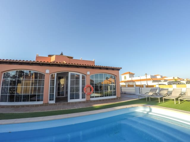Villa Mar – 4 Bedrooms, Aircon, Private Pool, Wifi, Golf View