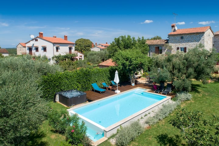 Cozy Villa Rossa with swimming pool and whirlpool