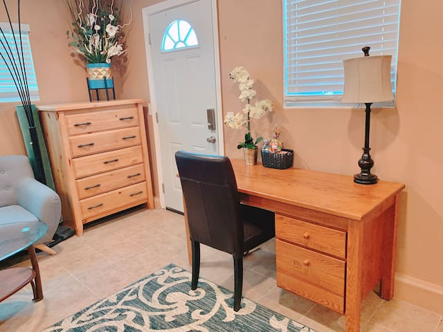 Spacious suite with parking , minutes to Disney
