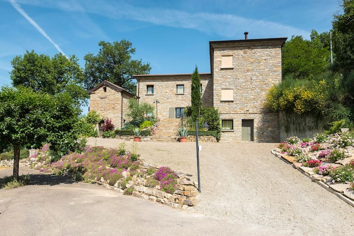 villa con piscina e giardino  uso esclusivo ospiti