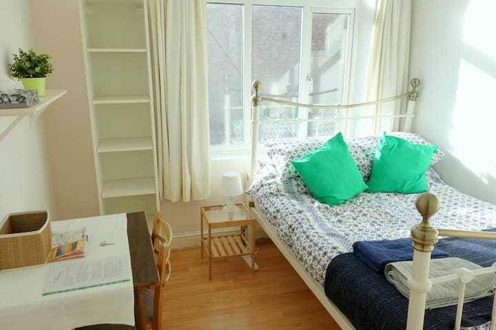 Spacious double room, 60 seconds from tube station - London