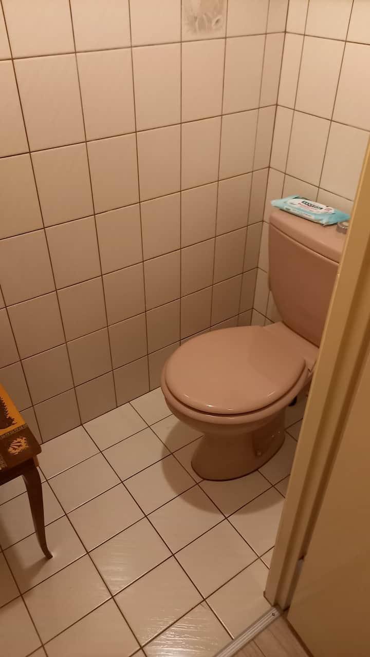 Chambre avec cabinet de toilette au calme