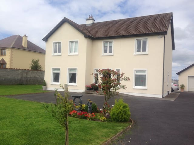 Very, clean, cosy, double room - Claregalway  - Haus