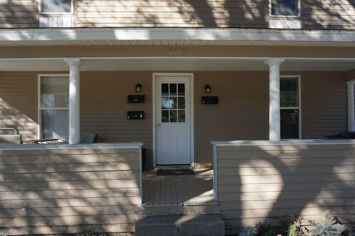 Steps to Round Lake and Retail - Charlevoix - Apartment