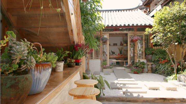 丽江古城纳西庭院阳光鲜花长廊大床房