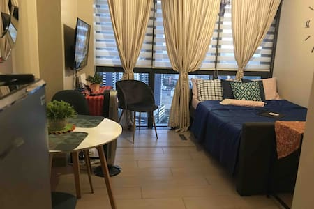 Comfy and convenient Eastwood studio w/ parking :)