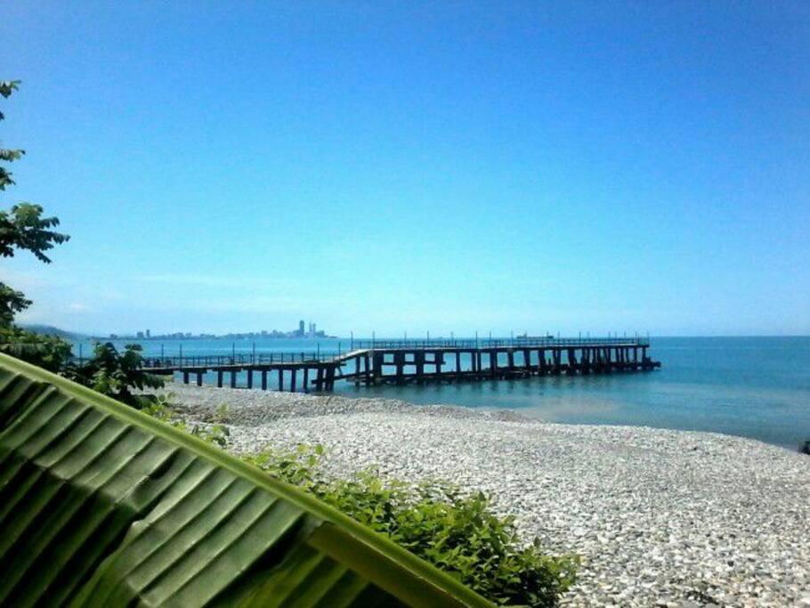 это фото нашего пляжа, который находится в 3-5 минутах от дома