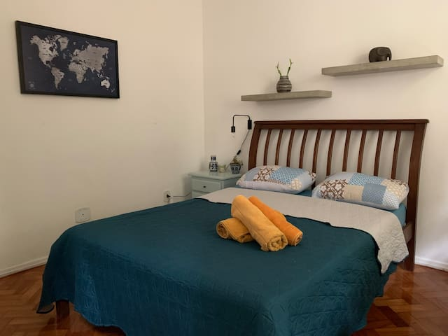 Confortável quarto em apt na rua de trás da praia.