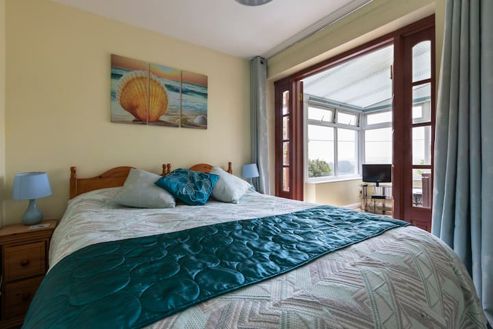 Salcombe, Cosy room with private bathroom