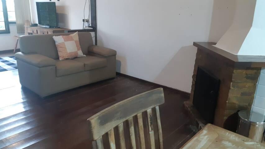 Sala da lareira com sofá.