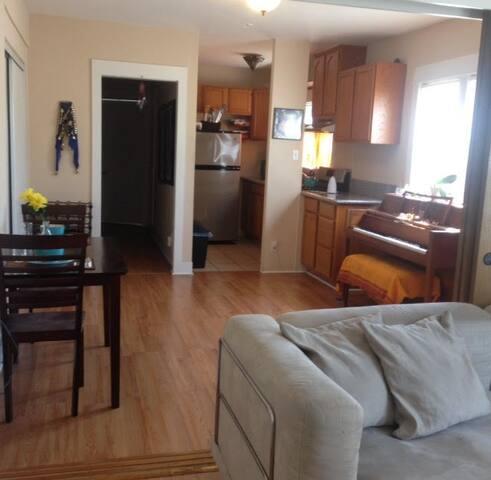 COZY CHARMER WITH LOTS OF SUNSHINE! - Long Beach - Apartamento