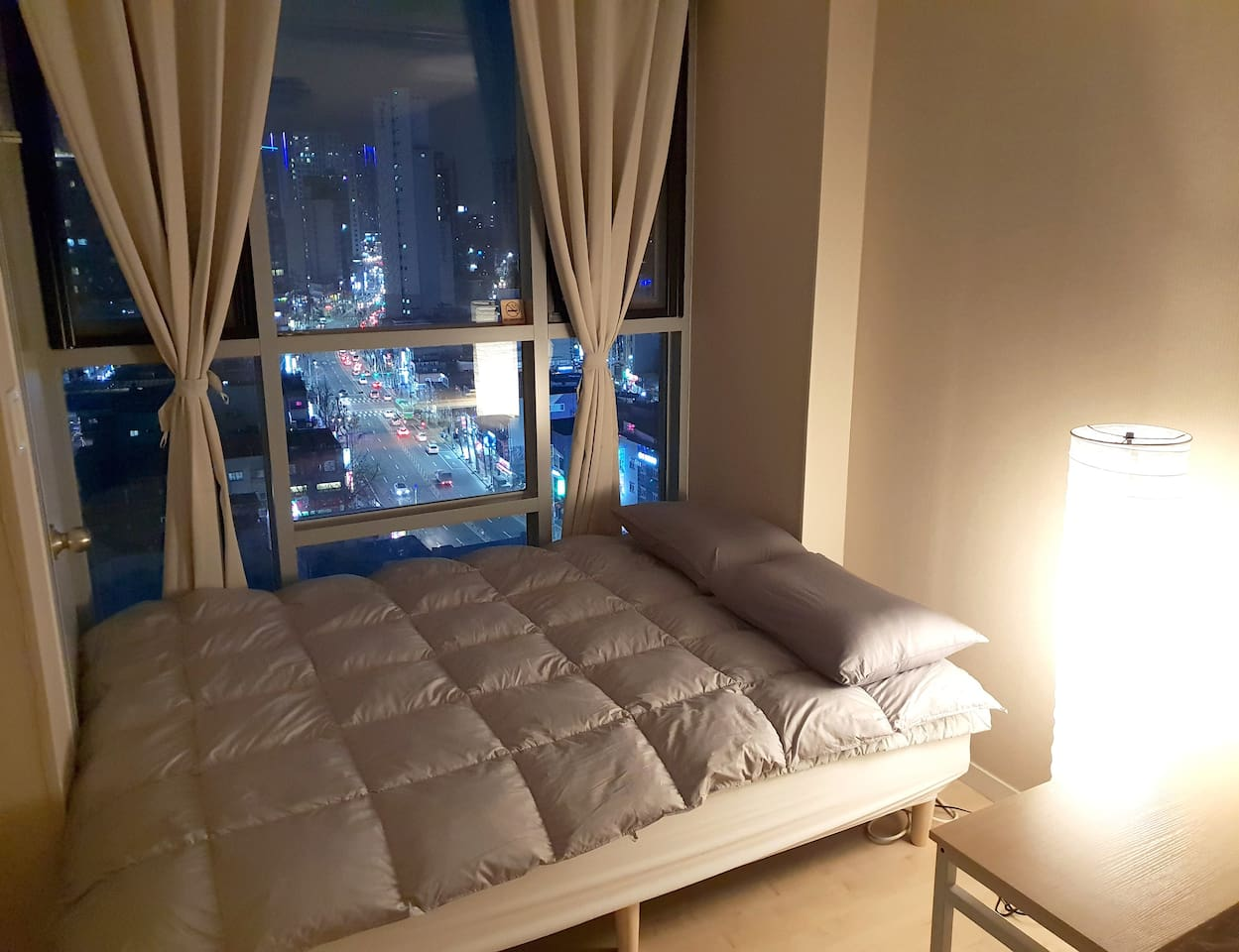 30 seconds to subway station. This room has the best night view of Dongdaemun!