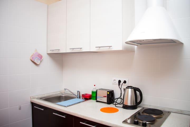 Кухонный уголок со всей необходимой посудой