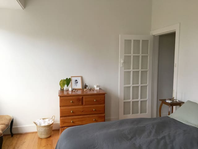 Massive bright North Bondi bedroom! 1 min to beach