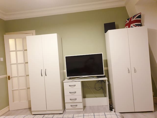 King size bed room, next to city of london