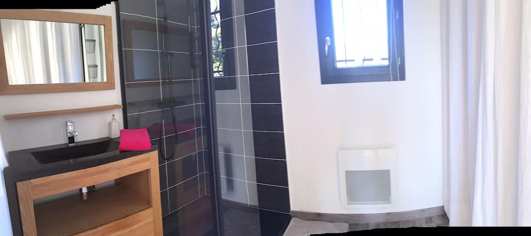 Chambre et salle d'eau privées dans villa.