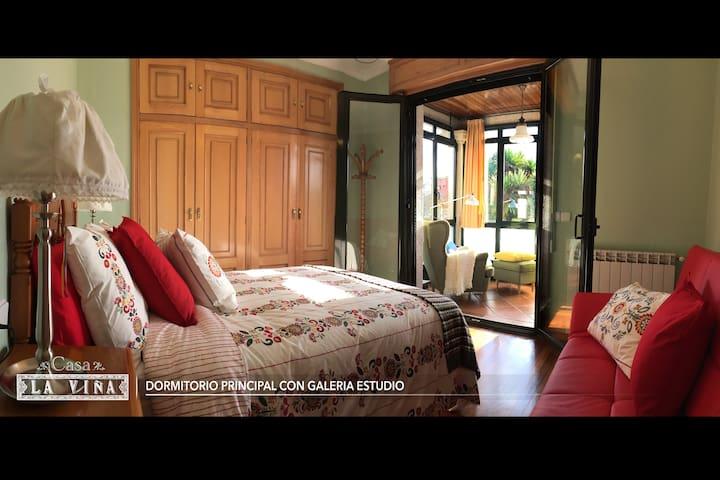 DORMITORIO PRINCIPAL CON GALERIA ESTUDIO - Cama doble (135 x 190cm), con cama supletoria (sofá rojo 115 x 185cm ) y 2 armarios empotrados.