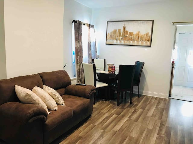 Warm and Comfortable 2 bedroom apt 15 mins  to NYC