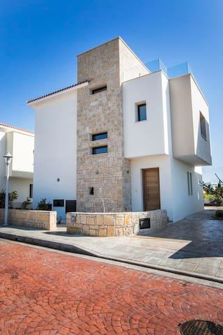 Golden villa 2. Luxury villa with private pool. - Chloraka - Villa