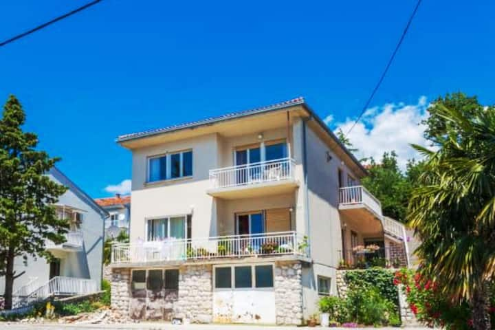 Holiday apartment for 4-6 people near the beach