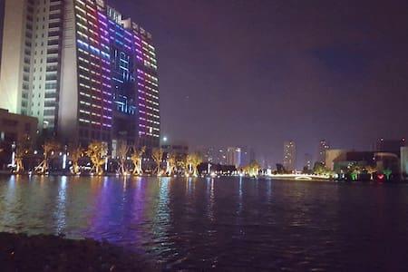 高档公寓阳光主卧 - Suzhou