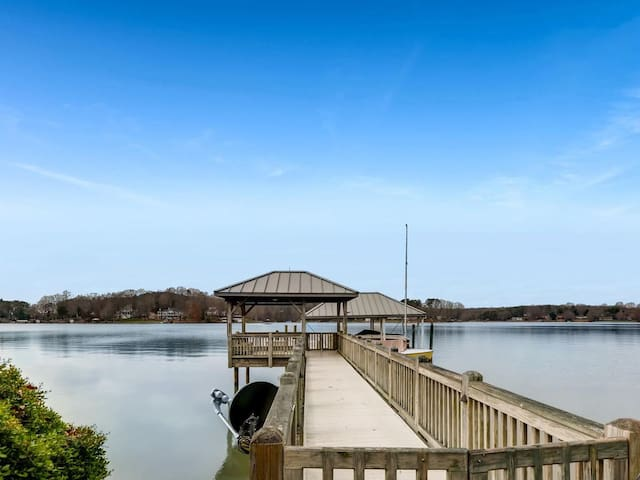 Private Dock, Amazing Lake Norman views, screened in porch & great family areas!