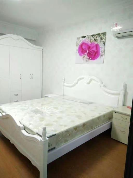 主卧照片,主卧很宽敞,房间有转角大桌子+转椅,落地窗,空调大衣柜和独立阳台