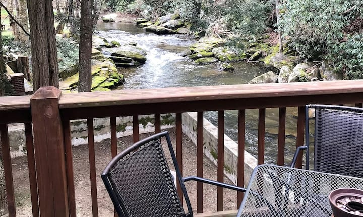 Rippling Water Retreat - Overlooks New River, Hot Tub - Firepit - Fish from Deck