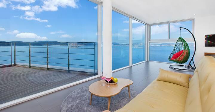 아름다운 바다가 큰 창으로 펼쳐지는 라벤더 201호