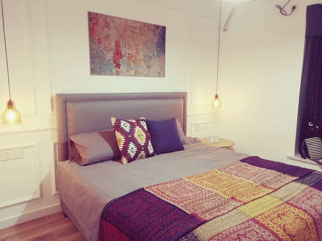 次卧双人床1.5米宽,被子1.8米的,所以请放心,两人盖也不用抢被子了……