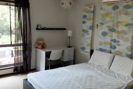 Quiet, Convenient, Clean Master Bed Room - Sunnybank Hills