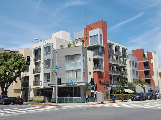 Santa Monica Furnished Studio w/Balcony!