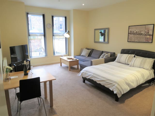 Private, Bright Apartment In West Didsbury.