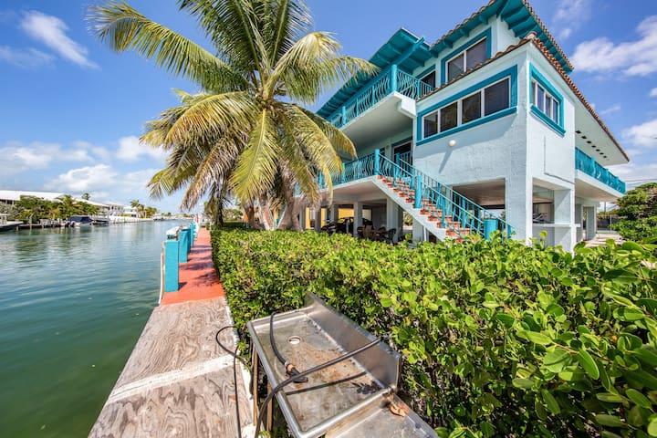 Breezy half-duplex w/35 ft dock. Includes Cabana Club access w/ pool & beach