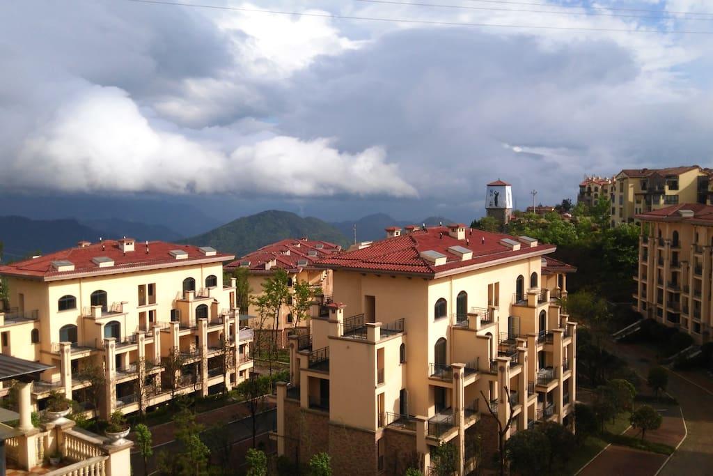 从露台可以眺望远山