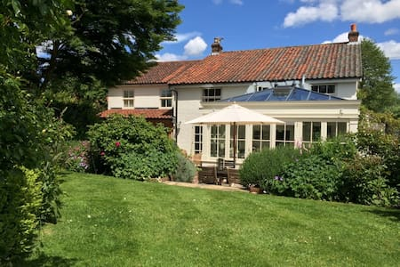 *NEW* Stylish House, Sleeps 10, Close to the Coast - Hus