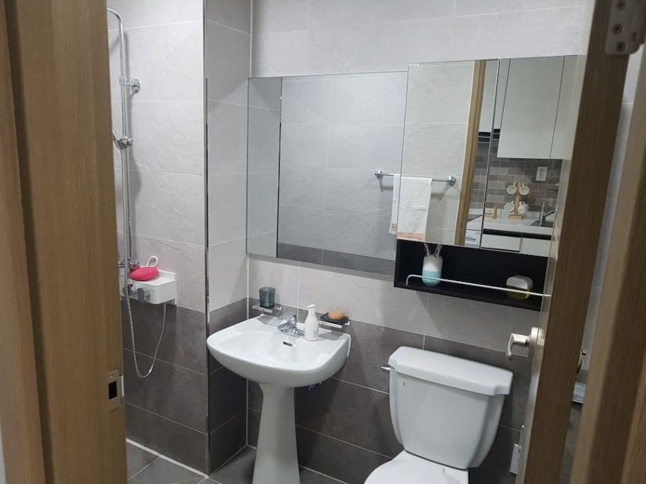 욕실이에요 샤워도할수있는  공간도있어서   사용하기  편리합니다