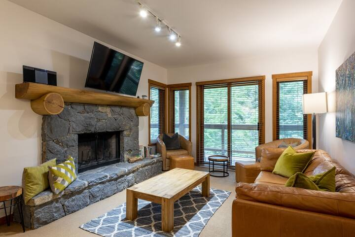 Creekside ski-in/ski-out fully equipped townhome with communal pool and hot tub