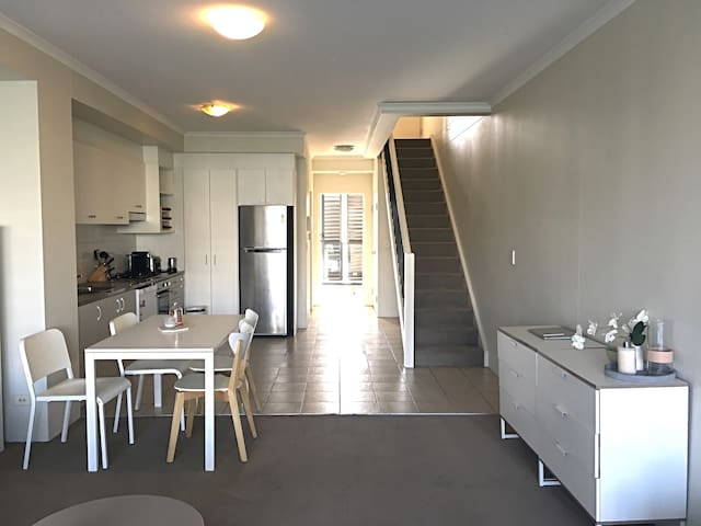 Top floor- with study & ensuite - Erskineville