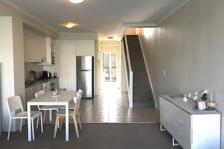 Top floor- with ensuite, balcony & study - Erskineville - Leilighet