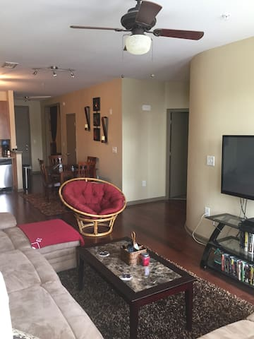 COOL CONDO DOWNTOWN ATL (3 Flatscreen TVs)
